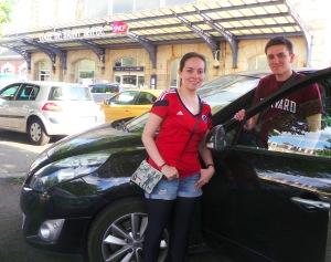 Liliana, mi corresponsal en Francia, posó con su conductor elegido para la mañana del lunes.